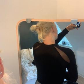 Det er en bodystocking, der er købt i Mads Nørgaard, men er fra mærket the bodystocking. Der er et lille hul i ærmet.