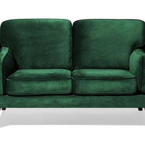 Rigtig flot og lækker grøn velour 2-personers sofa fra Beliani. Den er ikke mere end 5 måneder gammel og nærmest som ny.  Nypris var 3200.  Virkelig smuk sofa, som man også sidder godt i.