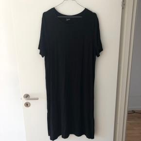 Lang kjole med slids i siderne fra Gina Tricot   Str. L