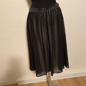Flot nederdel med fine små prikker Størrelsessvarende