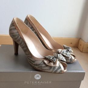 """Varetype: Stiletter Farve: Beige,    Champagne,    Creme,    Multi,    Gylden Oprindelig købspris: 1700 kr. Prisen angivet er inklusiv forsendelse.  Smukke Peter Kaiser sko som jeg desværre har brugt alt for lidt. Skoene er behagelige og har en """"pude"""" i hælen der gør den mere komfortabel.  Hælen er ca 8 cm    Se evt. mine andre annoncer for lignende varer (der kan gives rabat ved køb af flere varer).  OBS! Sender ved køb for min. 100kr (køber betaler fragt)"""