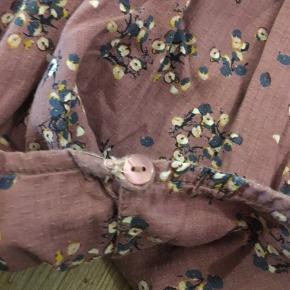 Flot kjole hvor knap/luk er syet på (se billedet) 2 toppe næsten som nye. Str. 110-116