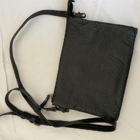 Smart taske med to store rum og plads til kort. lidt brugt. Fra ikke ryger hjem. Mål. H.17- L.23 cm