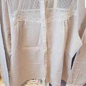 Super smuk skjorte i det fineste snit med lidt blonder. Sælger kun da den er lidt lille til mig over ryggen.