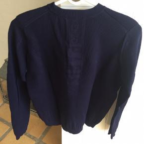 Flot mørkeblå Kenzo sweat-shirt men Kenzo mærke i samme farve på ryggen. Det er en str. XS men svarer mere til en str. 10-12 år.