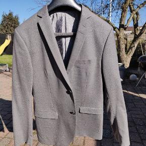 Jeg har dette super lækre jakkesæt, i lysegrå, fra Tiger of Sweden 🐯🇸🇪  Det er fra min konfirmations tid som efterhånden er nogle år tilbage. Størrelsen passer mig derfor ikke mere, ellers havde jeg beholdt det.   Modellen hedder vidst JIL  Billederne snyder lidt med farven, men ses bedst på det sidste billede🔥