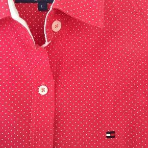Fin Tommy Hilfiger skjorte sælges  Koralrød i str. L børn. Ikke brugt meget, så god stand.  100kr eller BYD☀️  Ved flere interesserede er der budrunde