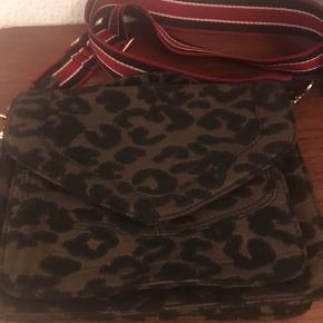Super cool taske i leopard. Den har været i brug højest 3 gange.  Mål:  B:26cm H: 20cm  Tasken kan afhentes i Ordrup eller sendes på købers regning 🌸  Tjek også gerne mine andre annoncer 😀