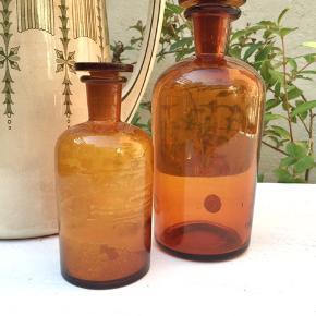 Smukke gamle apotekerflasker. Med intakte glaspropper. Den lille med mange kalkspor.  52,- og 120,- / begge for 135,- Se også mine mange andre sager. Jeg giver gerne mængderabat.  . #apotekerglas #apotekerflasker #loppeguld #loppesalg #bæredygtiglivsstil #bohemebolig #vintageflasker #trendsalesfund