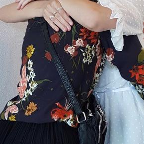 Smuk blomstret mørkeblå skjorte fra Gestuz Brugt få gange, fremstår helt som ny 💙   #GøhlerSellout