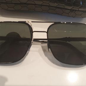 Super cool solbriller fea philipp plein. Ny med tags Købt på yoox.com  Kvitt haves. Ny pris 500€/ 3750dk Byd ønskes.