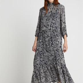 Varetype: Maxi kjole Størrelse: 46 Farve: Blå  Brugt 2 gange vasket 1 gang. Super fin vid model med blå underkjole. 100% viscose