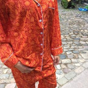 Pyjamassæt i matchende taske. Nypris 1250. Helt ny