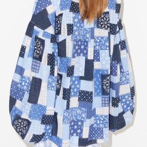 Smukkeste blå mønstret skjorte med vidde ærmer. Brugt få gange, vasket 2 gange.  Model:  Str 40, passes af 40/42  Ny pris 1699kr Mp 600