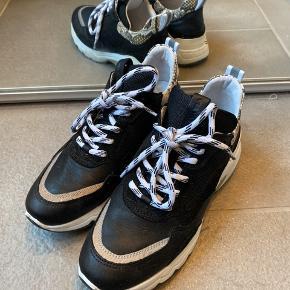 Super cool chunky sneakers fra det hollandske mærke Viavai. Ægte læder og mange fine detaljer - god pasform.