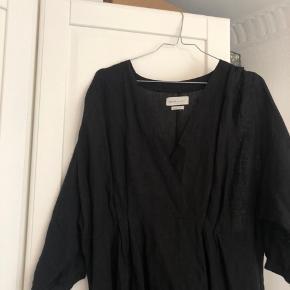 Sælger denne smukke kjole fra Skall, da jeg ikke får den brugt. Den fejler intet - bortset fra et mikro-lille hul forneden, som jeg selv har syet - se billede 3. MP 500 kr. 🐚