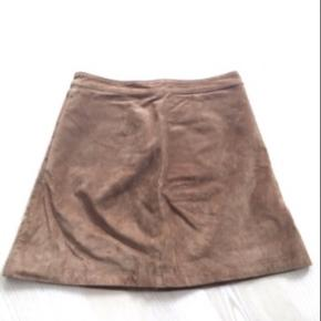 Super fed kort cognacfarvet ruskinds nederdel fra Only. Str. 40. Med knapper ned foran. Brugt få gange, og har flot struktur i materialet. Nypris 800,- sælges for 200,- afhentet i Ikast eller plus porto. Perfekt til efteråret.