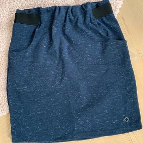 Nederdel i jersey med to lommer og elastik i taljen.