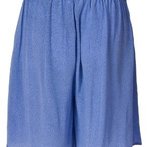 Super lækkert sæt i silke! Det består af et par shorts med elastik i livet og en bluse. Nypris var 2600 kr.  #30dayssellout
