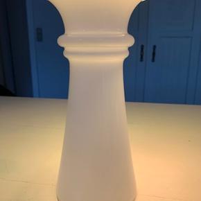 Hvid glasvase fra Holmegaard. Højde 21 cm. I perfekt stand.