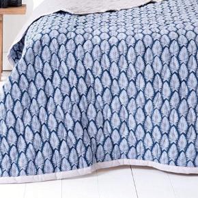 Smukt sengetæppe fra Casa de Luxe, by Naja Munthe. Kommer i original pose, aldrig brugt og stadig med mærke på.  Måler 230x260 - dobbeltseng.