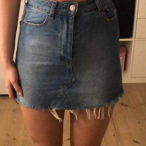 Sælger denne flotte denim nederdel fra bershka. Der er en smule stretch i den, og den er i rigtig pæn stand. Den er i str. S, men den kan også passe XS. BYD