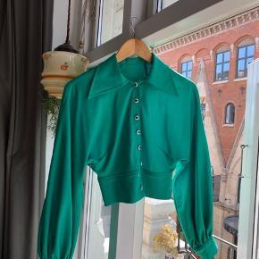 SOLGT! Den smukkeste retro skjorte 💫  💚Smukke ballonærmer 💚Fine detaljer  💚Eneste brugstegn: billede 7 (indeni skjorten) 💚Svarer ca. til en str small
