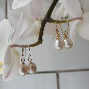 GRATIS FRAGT Perleøreringe i sterlingsølv eller guldbelagt sterling sølv.  Fra smykke webshoppen www.decopop.dk