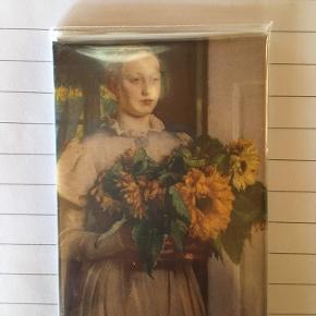 Køleskabsmagnet fra Skagens Museum.   Aldrig brugt  Forestiller pigen med solsikkerne af Michael Ancher