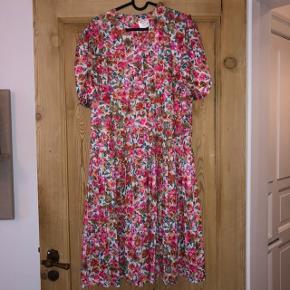 Fineste vintage kjole med smukke detaljer.  I er velkommen til at byde 🌸 Passer en m eller stor s 🌸