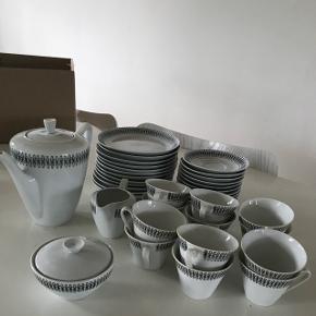Virkeligt fint kaffestel til 12- kopper m. Underkopper, tallerkener, kaffekande, sukkerskål og flødekande- er som nyt, vist aldrig rigtigt blevet brugt.