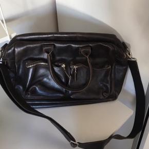 Smuk taske fra Royal Republic, oplagt som taske til arbejde eller skole - der er et rum til computer. Tasken er i ægte skind, som dog godt kunne trænge til en lille opfrisker enkelte steder, se billede 3. Nypris var omkring 900 kr.