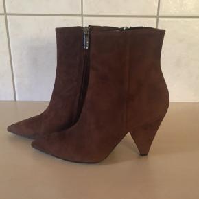 Smukke korte støvler fra Apair, skjult lynlås. Skindbeklædt hæle på 9,5 cm Købspris 1999,-