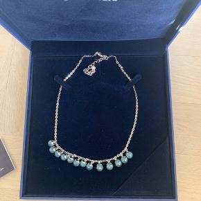 Smuk rhodiumbelagt Eclipse halskæde fra Swarovski med facetterede Opla-krystaller. Den er aldrig brugt og nyprisen var 1700kr.  Jeg er åben for bud!