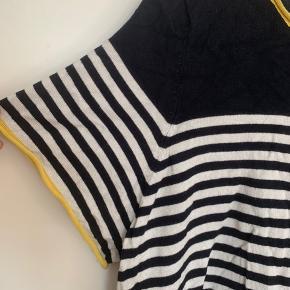 Sød navyblå/hvid-stribet trøje med hule detaljer i kanten. Gået med et nogle gange, men fejler intet.