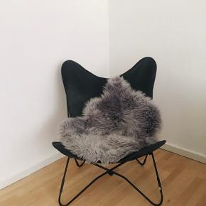 • Møbel - Flagermusstol i 100% ægte læder. Tidsløs klassisk design i flot stand. Der medfølger et ekstra læderskind med til den. Helt sort stol. Det grå plyssede skind kan medfølge for 100,- kr ekstra. • Stolen skal afhentes i Søborg efter aftale. • Nypris 999,00 • Condition rating 10/10