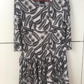 Sød kjole i strækbart  bomulds materiale. Fremstår rigtig pæn