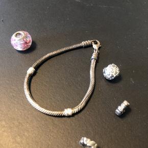 Sælger armbånd og led fra Pandora billigt  BYD ved interesse. Materialet er sølv og skal pudses  Har et smalt led med sløjfer og et med blade  Kugle med hjerter  Troldekugle med lilla glas blomst