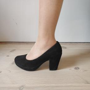 Lækker sko af sort ruskind.