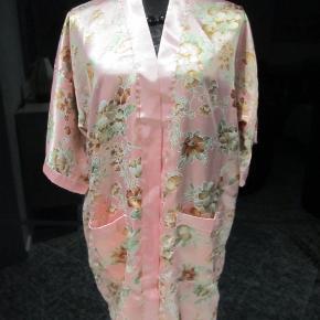 Skøn kimono i lækker satin, med halvlange ærmer og bælte. Har to lommer foran,plads til mobilos elller andet:) Den går til knæet på mig,og jeg er 1.70 høj. Fylder ingenting i kufferten, kan bruges åben over en top eller en kjole, eller som morgenkjole, eller over en badedragt på standen, kun fantasien sætter grænser..