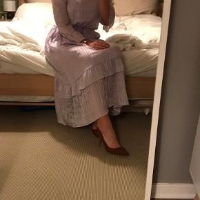 Har brugt kjolen én gang til en konfirmation.  Kjolens underkjole har en form for tapetklister siddende på, hvilken den også havde da jeg købte den.
