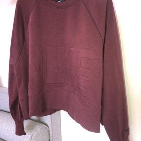 Nike sweater, lidt cropped  Bytter ikke og sender kun på købers regning 😊
