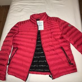 Sælger denne Moncler jakke. Den er aldrig brugt, og er mørkere end på billederne.  Prisen fortæller om den er ægte.