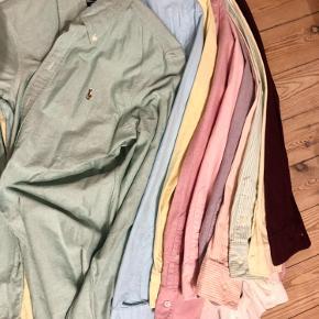 Sælger en stor stak af mine Ralph Lauren Oxford skjorter. Mange fine farver! De er alle kun brugt en enkelt gang eller to og er derfor helt som nye ☺️ De er alle str M pånær den lysegule, den gul og hvidstribede og lysegrønne og hvidstribede. De er str 8/S, men passes også af en M ☺️  Prisen er 250 kr pr stk.