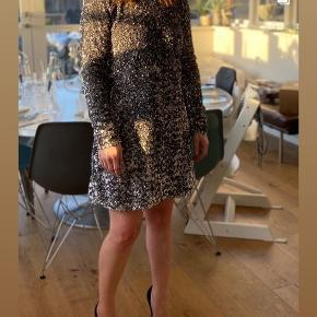 Smuk kjole fra hm med åben ryg og høj hals. Brugt 2 gange