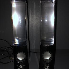 Virker perfekt👌🏼 den ene højtaler har dog en indre revne, men vandet løber ikke ud...