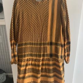 Fin kjole fra Cecilie Copenhagen. Den er løbet i syningen forskellige steder. Det kan godt klippes væk, så det ikke er så synligt ❤️