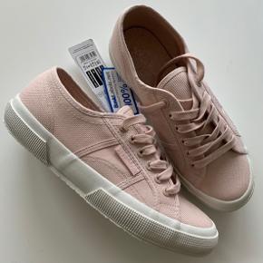 Helt nye Superga i farven rosa.
