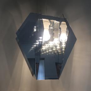 Diamond Lamp fra Urban Living. Det er den store model. Nypris er 2100kr. Den har et enkelt hak, men det er ikke noget som kan ses særlig godt (se billede 4).   Mp 500