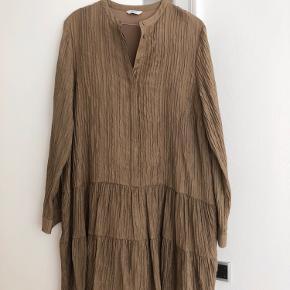 Brugt 1 enkelt gang. Smuk khaki/olivenfarvet kjole fra Envii🤩
